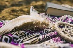 Kleding, dreamcatcher en boek die op droog land liggen Santa Claus met de zak van stelt voor Stock Foto
