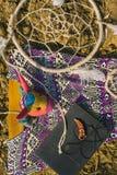 Kleding, dreamcatcher en boek die op droog land liggen Santa Claus met de zak van stelt voor Stock Foto's