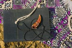 Kleding, dreamcatcher en boek die op droog land liggen Santa Claus met de zak van stelt voor Stock Fotografie