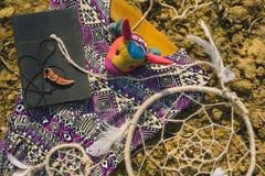 Kleding, dreamcatcher en boek die op droog land liggen Santa Claus met de zak van stelt voor Stock Afbeeldingen