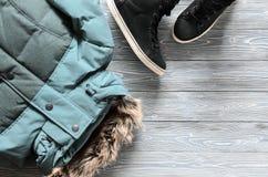 Kleding en schoenen van de vrouwen` s de de warme winter - jasje en zwarte leathe Stock Foto's