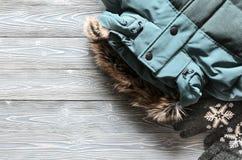 Kleding en toebehoren van de vrouwen` s de de warme winter - jasje en handschoen Stock Foto