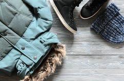 Kleding en toebehoren van de vrouwen` s de de warme winter - jasje, zwart weiland Stock Afbeelding