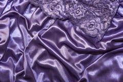 Kleding, ondergoed De abstracte elegante purpere achtergrond van het zijdesatijn met hoogtepunten met een zachte stoffentextuur m royalty-vrije stock foto
