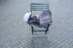 Kleding op stoel Stock Foto's
