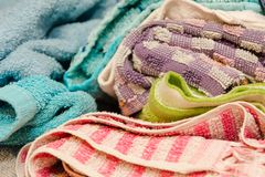 Kleding verspreid close-up Veel kleren in leggen op de lijst stock fotografie