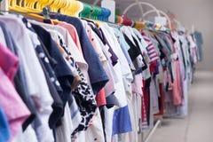 Kledingsrek Hangers in de klerenopslag Ondiepe DOF Stock Afbeeldingen