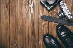 Kledingsschoenen, riem en een camera - fotografie royalty-vrije stock fotografie