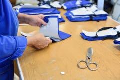 Kledingstukfabriek Het werken met het naaien van patronen De distributie Stock Afbeelding