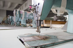 Kledingstukfabriek met het oude materiaal Stock Foto's