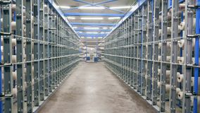 Kledingstukfabriek met materiaal en weefgetouwen stock videobeelden