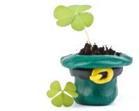Klee mit drei Blättern und grüner Kobold-Hut Lizenzfreie Stockfotografie