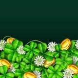 Klee verlässt mit weißen Blumen und Goldmünzen für St- Patrick` s Tag Lizenzfreie Stockfotos