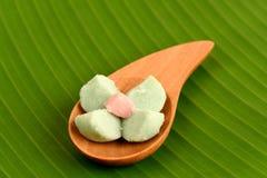 Kleeb Lamduan (泰国名字)泰国一种油脂含量较高的酥饼,在绿色香蕉背景离开 免版税库存图片