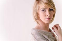 Kleedde de blonde jonge vrouw zich in grote witte kasjmiersweater royalty-vrije stock afbeelding