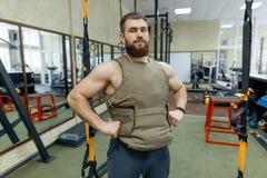 Kleedde de portret spier Kaukasische gebaarde volwassen mens zich in gymnastiek, in kogelvrij gepantserd vest, militaire sport stock foto