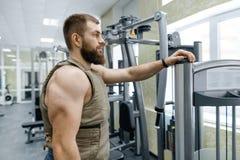 Kleedde de portret spier Kaukasische gebaarde volwassen mens zich in gymnastiek, in kogelvrij gepantserd vest, militaire sport royalty-vrije stock foto's