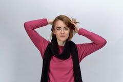 Kleedde het blije aantrekkelijke roodharige meisje van het studioportret zich in s royalty-vrije stock afbeelding