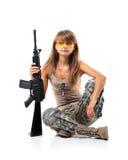 Kleedde het militair jonge beautyful meisje zich in een camouflage met een kanon Stock Foto
