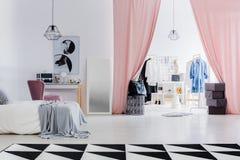 Kleedkamer met roze gordijnen royalty-vrije stock foto's