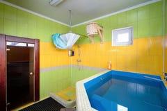 Kleedkamer in Sauna met Doopvont Stock Afbeelding
