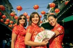 Kleedt Aziatische vrouw drie die Chinese traditie dragen toothy het glimlachen gezicht in yaowaratstraat China Bangkok Thailand royalty-vrije stock afbeelding