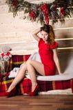Kleedt de manier binnenlandse foto zich van mooie sexy meisjes die met de blonde luxueuze partij van de haarslijtage en Kerstmanh Royalty-vrije Stock Fotografie