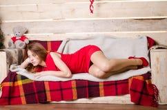 Kleedt de manier binnenlandse foto zich van mooie sexy meisjes die met de blonde luxueuze partij van de haarslijtage en Kerstmanh Stock Foto