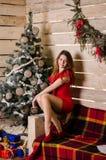 Kleedt de manier binnenlandse foto zich van mooie sexy meisjes die met de blonde luxueuze partij van de haarslijtage en Kerstmanh Stock Foto's