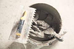 Kleefstof, troffel, mortier Hulpmiddelen voor tegelzetter royalty-vrije stock foto's