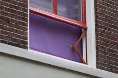 Kleerhanger als venstersteun Stock Foto's