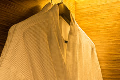 Kleerhanger in houten garderobe Stock Afbeeldingen