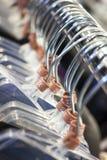 Kleerhangers op Winkelspoor Stock Foto