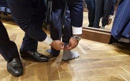 Kleermaker in actie in actie, werkt hij aan wijzigingen die aan de broek moeten worden gemaakt royalty-vrije stock fotografie