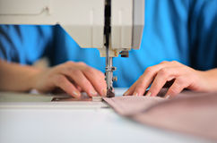 Kleermaker die bij een fabriek werkt royalty-vrije stock afbeelding