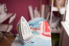 Kleermaker die de stof strijken de kleding van naaistersijzers in een naaiende workshop stock afbeeldingen