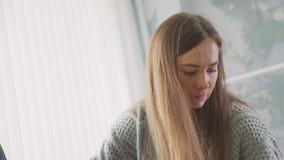 Kleermaker en naaister het aanpassen kleren bij het maken van ledenpop stock videobeelden