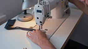 Kleermaker Hands Working op Naaimachine en makend Naad in de Studio van het Manierontwerp stock videobeelden