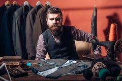 Kleermaker het naaien Bedrijfskledingscode handmade het naaien mechanisatie retro en moderne het maken workshop Gebaarde mens royalty-vrije stock fotografie