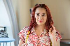 Kleermakersvrouw op het werk Royalty-vrije Stock Afbeeldingen