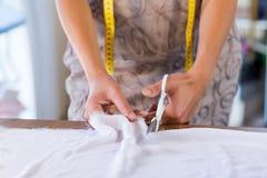 Kleermakersvrouw op het werk Stock Fotografie