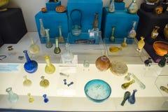 Klei en de beeldjes van de van metaalschotels en klei en beeldjes in het museum van antiquiteit van Antalya royalty-vrije stock fotografie