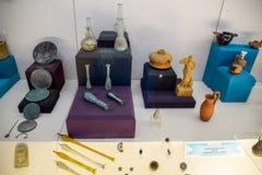 Klei en de beeldjes van de van metaalschotels en klei en beeldjes in het museum van antiquiteit van Antalya royalty-vrije stock afbeelding