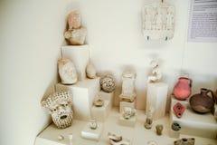Klei en de beeldjes van de van metaalschotels en klei en beeldjes in het museum van antiquiteit van Antalya stock afbeeldingen