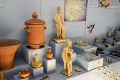 Klei en de beeldjes van de van metaalschotels en klei en beeldjes in het museum van antiquiteit van Antalya royalty-vrije stock afbeeldingen