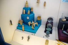 Klei en de beeldjes van de van metaalschotels en klei en beeldjes in het museum van antiquiteit van Antalya stock fotografie