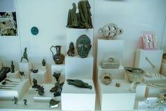 Klei en de beeldjes van de van metaalschotels en klei en beeldjes in het museum van antiquiteit van Antalya stock foto's