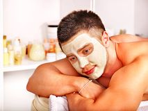 Klei gezichtsmasker in beauty spa. Stock Foto's