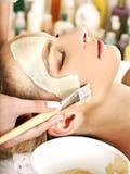 Klei gezichtsmasker in beauty spa. Royalty-vrije Stock Afbeeldingen