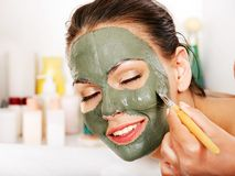 Klei gezichtsmasker in beauty spa. Stock Foto